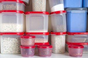 lebensmittel in luftdichten plastikbehältern