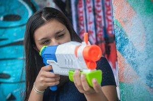mädchen nutzt wasserpistole zur taubenabwehr